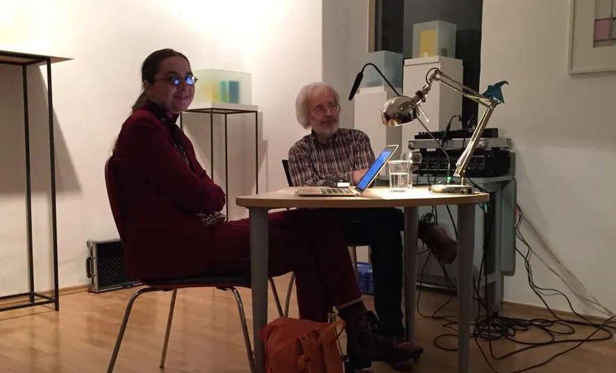 Die Autorin Maedy und der Moderator während der Diskussion