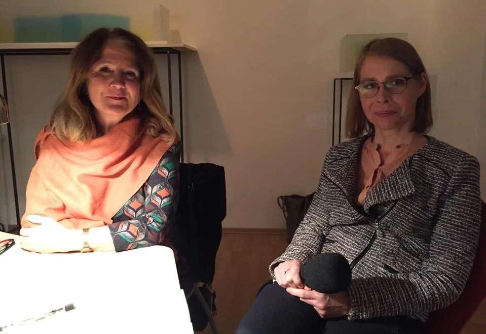 Autorin Ruth G. Gross und Moderatorin Beate Weinkauf (rechts)